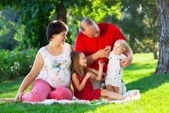 Ευτυχής οικογένεια με δύο παιδιά στο πάρκο Στοκ εικόνες με δικαίωμα ελεύθερης χρήσης