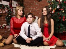 Ευτυχής οικογένεια, μητέρα με δύο παιδιά δίπλα στο δέντρο cristmas στη ημέρα των Χριστουγέννων Στοκ Φωτογραφία