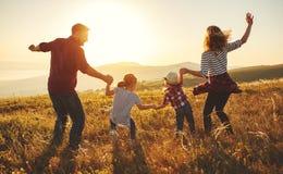 Ευτυχής οικογένεια: μητέρα, πατέρας, γιος παιδιών και κόρη στο ηλιοβασίλεμα στοκ φωτογραφία με δικαίωμα ελεύθερης χρήσης