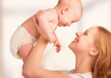 Ευτυχής οικογένεια. νέα μητέρα και μωρό στοκ φωτογραφίες