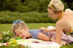 Ευτυχής οικογένεια. Νέο παιχνίδι μητέρων και κορών. Ημέρα μητέρων. Στοκ εικόνες με δικαίωμα ελεύθερης χρήσης