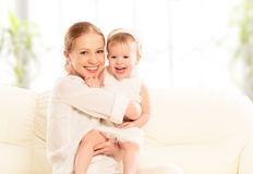 Ευτυχής οικογένεια. Παιχνίδια κορών μητέρων και μωρών, αγκάλιασμα, φίλημα Στοκ φωτογραφία με δικαίωμα ελεύθερης χρήσης