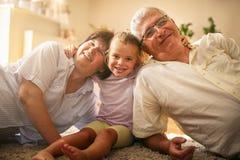 Ευτυχής οικογένεια πορτρέτου στο σπίτι στοκ εικόνες