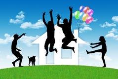 Ευτυχής οικογένεια που έχει ένα σπίτι Στοκ φωτογραφίες με δικαίωμα ελεύθερης χρήσης