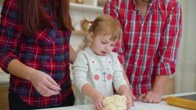 Ευτυχής οικογένεια που έχει τη διασκέδαση που μαγειρεύει από κοινού απόθεμα βίντεο