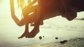 Ευτυχής οικογένεια που έχει τη διασκέδαση στις θερινές διακοπές που κυματίζουν τα πόδια τους Ο νέος ευτυχής πατέρας με την κόρη τ φιλμ μικρού μήκους