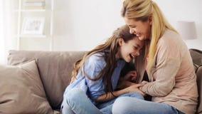 Ευτυχής οικογένεια που έχει τη διασκέδαση και που στο σπίτι απόθεμα βίντεο