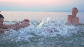 Ευτυχής οικογένεια που έχει τη διασκέδαση στο νερό στις διακοπές φιλμ μικρού μήκους