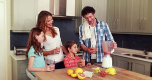 Ευτυχής οικογένεια που έχει το καταφερτζή απόθεμα βίντεο