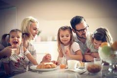 Ευτυχής οικογένεια που έχει το πρόγευμα στοκ φωτογραφία