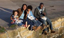 Ευτυχής οικογένεια που έχει picnic στοκ εικόνα