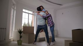 Ευτυχής οικογένεια που αγκαλιάζει παίρνοντας το σπάσιμο στην κίνηση της ημέρας απόθεμα βίντεο