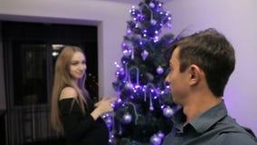 Ευτυχής οικογένεια που αναμένει το μωρό παιδιών, που διακοσμεί το χριστουγεννιάτικο δέντρο φιλμ μικρού μήκους