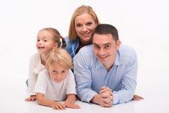Ευτυχής οικογένεια που απομονώνεται στο άσπρο υπόβαθρο στοκ εικόνες με δικαίωμα ελεύθερης χρήσης