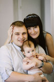 Ευτυχής οικογένεια που αποτελείται από το αγοράκι mom και μπαμπάδων ` s οικογενειακές ευτυχ&ep Στοκ φωτογραφίες με δικαίωμα ελεύθερης χρήσης