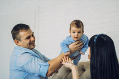 Ευτυχής οικογένεια που αποτελείται από το αγοράκι mom και μπαμπάδων ` s οικογενειακές ευτυχ&ep Στοκ Εικόνες