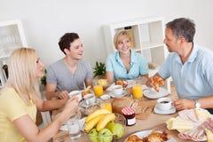 Ευτυχής οικογένεια που απολαμβάνει το πρόγευμα Στοκ εικόνα με δικαίωμα ελεύθερης χρήσης