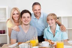 Ευτυχής οικογένεια που απολαμβάνει το πρόγευμα Στοκ εικόνες με δικαίωμα ελεύθερης χρήσης
