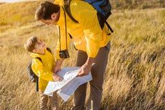 Ευτυχής οικογένεια που απολαμβάνει το ταξίδι στη φύση Στοκ φωτογραφία με δικαίωμα ελεύθερης χρήσης