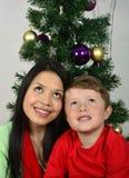 Ευτυχής οικογένεια που βάζει κάτω από το χριστουγεννιάτικο δέντρο στοκ φωτογραφία με δικαίωμα ελεύθερης χρήσης