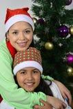 Ευτυχής οικογένεια που βάζει κάτω από το χριστουγεννιάτικο δέντρο στοκ εικόνες