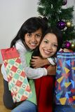 Ευτυχής οικογένεια που βάζει κάτω από το χριστουγεννιάτικο δέντρο στοκ φωτογραφίες