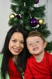 Ευτυχής οικογένεια που βάζει κάτω από το χριστουγεννιάτικο δέντρο στοκ εικόνα