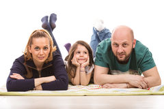 Ευτυχής οικογένεια που βάζει στο πάτωμα Στοκ φωτογραφία με δικαίωμα ελεύθερης χρήσης