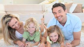 Ευτυχής οικογένεια που βρίσκεται στο μέτωπο φιλμ μικρού μήκους
