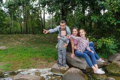 Ευτυχής οικογένεια που δείχνει και που εξετάζει έξω τη αριστερή πλευρά Στοκ φωτογραφία με δικαίωμα ελεύθερης χρήσης