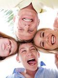 Ευτυχής οικογένεια που ενώνει τα κεφάλια τους από κοινού στοκ φωτογραφία με δικαίωμα ελεύθερης χρήσης
