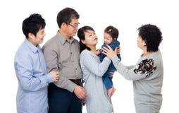 Ευτυχής οικογένεια που εξετάζει το μικρό κορίτσι στοκ εικόνες