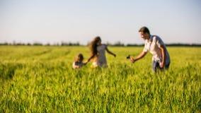 Ευτυχής οικογένεια που κατασκευάζει το οικιακό βίντεο στον τομέα φιλμ μικρού μήκους