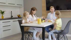 Ευτυχής οικογένεια που μιλά κατά τη διάρκεια του προγεύματος φιλμ μικρού μήκους