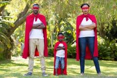 Ευτυχής οικογένεια που ντύνει επάνω Στοκ Εικόνες