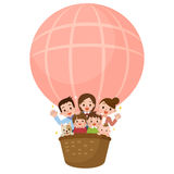 Ευτυχής οικογένεια που οδηγά ένα μπαλόνι Στοκ φωτογραφίες με δικαίωμα ελεύθερης χρήσης