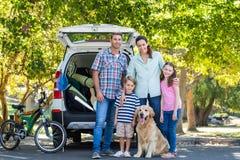 Ευτυχής οικογένεια που παίρνει έτοιμη για το οδικό ταξίδι Στοκ φωτογραφία με δικαίωμα ελεύθερης χρήσης