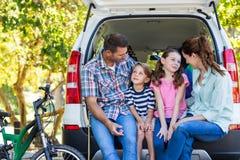 Ευτυχής οικογένεια που παίρνει έτοιμη για το οδικό ταξίδι Στοκ εικόνες με δικαίωμα ελεύθερης χρήσης