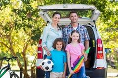Ευτυχής οικογένεια που παίρνει έτοιμη για το οδικό ταξίδι Στοκ Εικόνα
