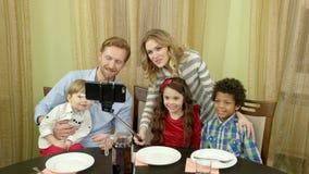 Ευτυχής οικογένεια που παίρνει selfie απόθεμα βίντεο