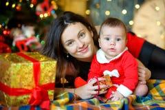 Ευτυχής οικογένεια που περιμένει διακοπές Στοκ Εικόνες
