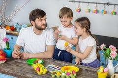 Ευτυχής οικογένεια που προετοιμάζεται για Πάσχα Στοκ Εικόνες