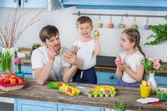 Ευτυχής οικογένεια που προετοιμάζεται για Πάσχα Στοκ εικόνες με δικαίωμα ελεύθερης χρήσης