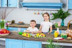 Ευτυχής οικογένεια που προετοιμάζεται για Πάσχα Στοκ Φωτογραφία