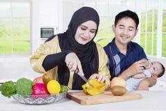 Ευτυχής οικογένεια που προετοιμάζεται superfood Στοκ εικόνα με δικαίωμα ελεύθερης χρήσης