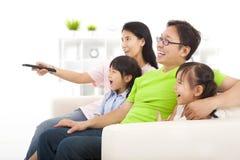Ευτυχής οικογένεια που προσέχει τη TV Στοκ φωτογραφία με δικαίωμα ελεύθερης χρήσης