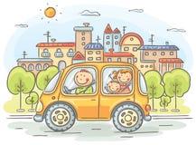 Ευτυχής οικογένεια που ταξιδεύει με το αυτοκίνητο διανυσματική απεικόνιση