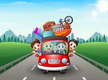 Ευτυχής οικογένεια που ταξιδεύει με το κόκκινο αυτοκίνητο στοκ φωτογραφία με δικαίωμα ελεύθερης χρήσης