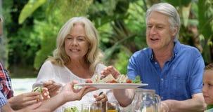 Ευτυχής οικογένεια που τρώει από κοινού απόθεμα βίντεο