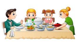 Ευτυχής οικογένεια που τρώει το γεύμα μαζί να δειπνήσει στον πίνακα ελεύθερη απεικόνιση δικαιώματος